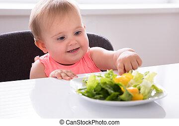 baby flicka, äta, grönsak