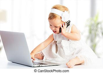 baby flicka, med, dator, laptop, rörlig telefonera