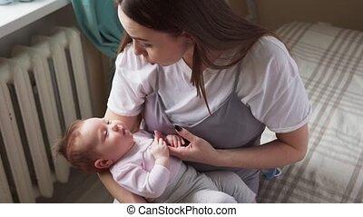 baby, geeft, pacifier, haar, moeder