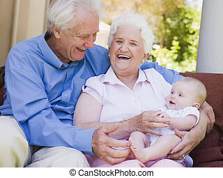 baby, großeltern, lächeln, gartenterasse, draußen