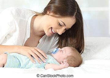 baby, het genieten van, moeder, haar, slapende