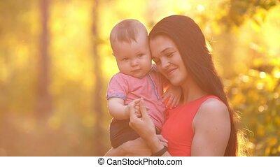 baby, het glimlachen, ondergaande zon , moeder