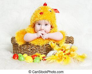 baby, in, påsk korg, med, ägg, in, höna, dräkt