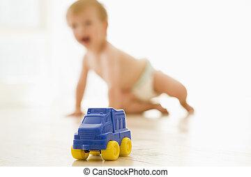 baby, inomhus, med, toyen åker lastbil