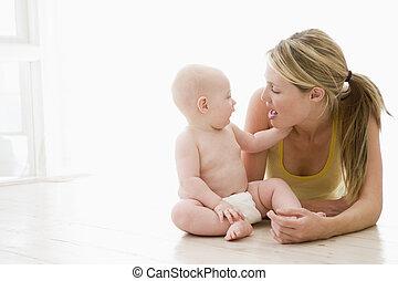 baby, inomhus, mor