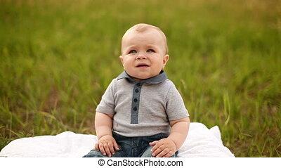 baby jongen, gras, zittende