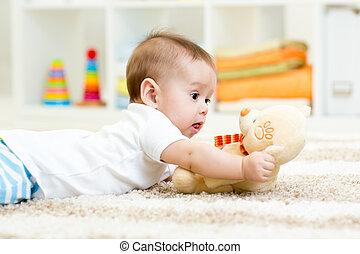 baby jongen, het liggen, met, pluchestuk speelgoed