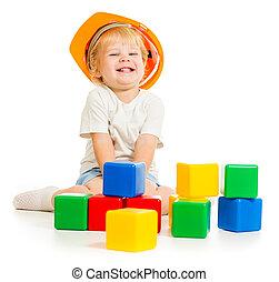 baby jongen, in, harde hoed, met, kleurrijke, bouwstenen