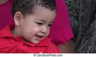 baby jongen, mamma, vrolijke