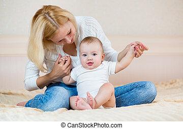 baby jongen, spelend, moeder