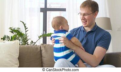 baby jongen, vrolijke , vader, thuis