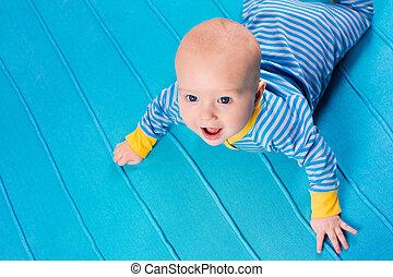 baby- junge, auf, blaues, gestrickt, decke