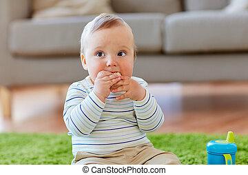 baby- junge, auf, boden, und, essende, reis- cracker, hause