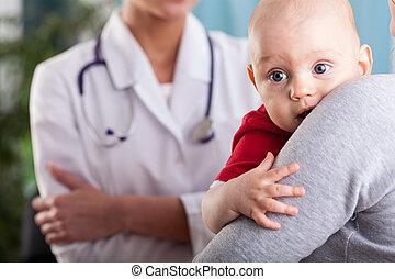 baby- junge, in, der, arme, von, mutter, an, praxis