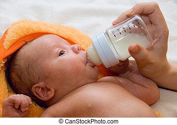 baby- junge, saugflasche