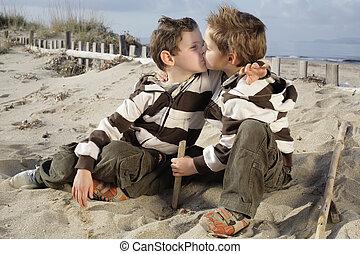 baby- jungen, zwei, küssende