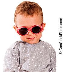 baby med solglasögoner