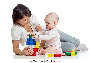 baby meisje, en, moeder het spelen, samen, met, gebouw stel,...