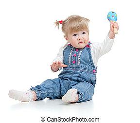 baby meisje, met, muzikalisch, toys., vrijstaand, op wit, achtergrond