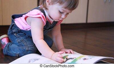 baby meisje, zitting op de verdieping, schouwend, boek