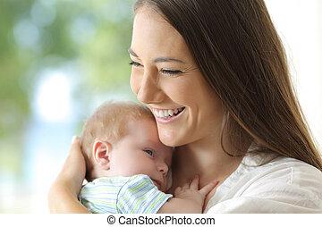 baby, moeder, tevreden, haar, vasthouden