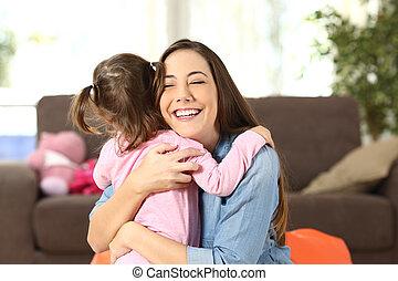 baby, omhelzen, dochter, haar, moeder
