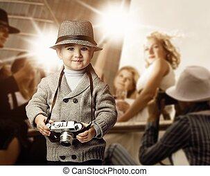 baby pojke, med, retro, kamera, över, fotofor, bakgrund.