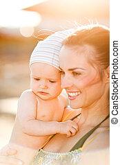 baby, porträt, sandstrand, junge mamma