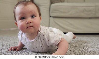 baby, schattig, weinig; niet zo(veel), thuis, vloer