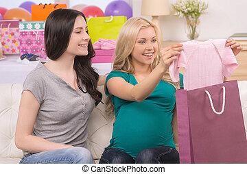 baby, shower., mooi, zwangere vrouw, bekijkend de baby, kleren, terwijl, zittende , dichtbij, haar, vrouwelijke vriend