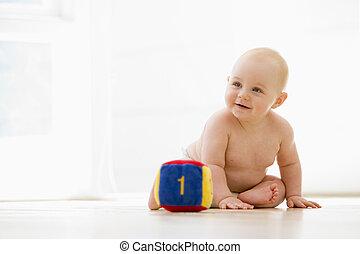 baby sitzen, innen, mit, block, lächeln
