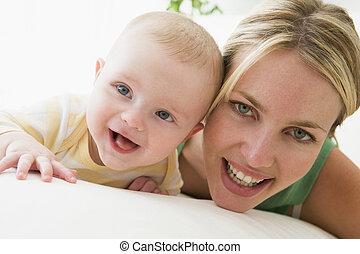 baby, smil, indendørs, mor