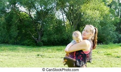 baby, spelend, haar, moeder