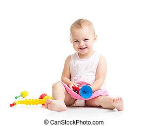 baby, spelend, met, muzikalisch, speelgoed, vrijstaand, op wit, achtergrond