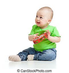 baby, spelend, met, muzikalisch, toy., vrijstaand, op wit, achtergrond