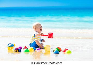 baby, spielende , auf, tropischer strand, graben, in, sand