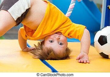 baby, staand, ondersteboven, op, gym mat