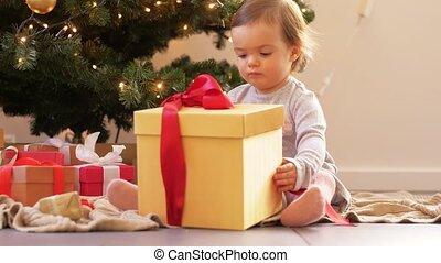 baby, thuis, opening, gelukkige kerstmis, cadeau, meisje