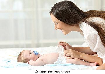 baby, veranderende diaper, haar, moeder