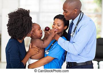 baby, verpleegkundige, het schreeuwen, vasthouden, vriendelijk