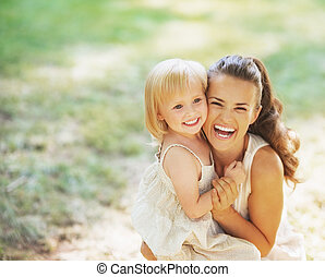 baby, verticaal, het glimlachen, moeder, buitenshuis