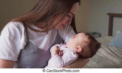 baby, vrolijke , liefkozingen, haar, moeder