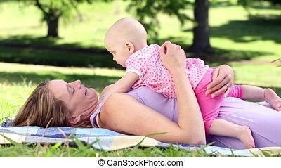 baby, vrolijke , spelend, haar, moeder