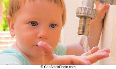 baby, water, nee, controleren, stroom, concept., problems., problemen, kleuterschool, achtergrond., water., vloeiend, fris, meisje, montessori, spelend, tap.