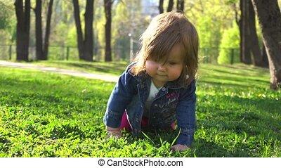 baby, weinig; niet zo(veel), park, meisje, spelend