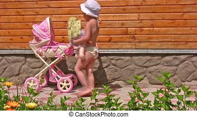 baby, weinig; niet zo(veel), speelbal, wagen, meisje