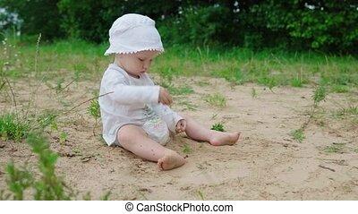 baby, zand, spelend