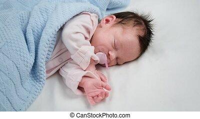 baby, zijn, matras, bed, room, pacifier., bescherming, slaap, bedekt, zuigen, vredig, child., kind, deken, blauwe , jumpsuit, pasgeboren, wheezing, crying., slapende