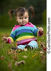 babykleinkind, sitzen gras, in, herbstbilder