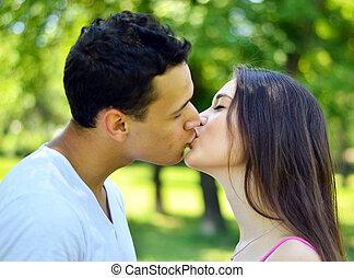 baciare, coppia, esterno, giovane